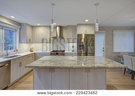 Lovely Kitchen Room With Kitchen Island