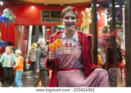 London, Uk. 28 November 2015. A Girl Dressed As A Festive Gdall Helps To Entertain Hundreds Of Peopl