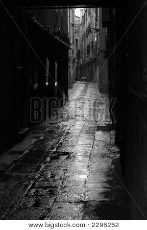 Dunkle Gasse In Venedig