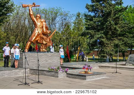 Monument To The Soldiers Who Died In The Second World War In The City Of The Porogi Of Zaporozhye Re