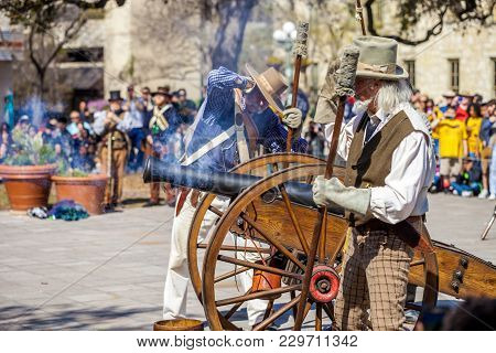 San Antonio, Texas - March 2, 2018 - Men Dressed As 19Th Century Soldiers Fire Antique Cannon For Th