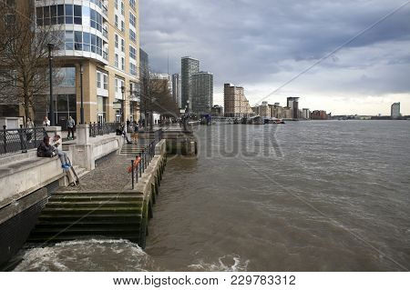 London, Uk - April 22, 2016: Businesspeople In Canary Wharf, The New Financial Centre In The Docklan