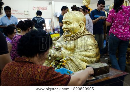 Chachoengsao, Thailand - Aug 7, 2010 : Buddhists Pay Respect To Buddha At Sothorn Temple