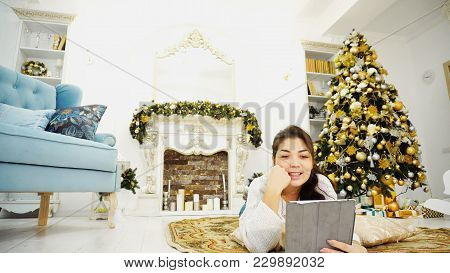 Business Woman On Eve Of Holidays Via Tablet Ends Up All Busines