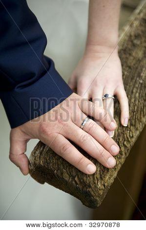 Anillos de boda de una pareja de recién casados
