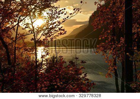 Sonnenuntergang An Einem Goldenen Herbsttag In Den Bergen