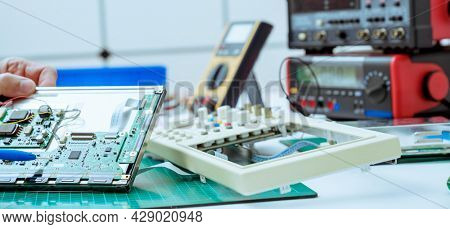 Development of the design of an electronic device in the laboratory of semiconductor electronics