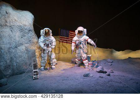 Houston, Tx, Usa - Dec. 15, 2018: Apollo 17 Astronauts Eugene Cernan And Harrison Schmitt Figures Di