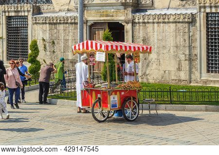 Istanbul, Turkey - September 11, 2017: This Is A Characteristically Mobile Corn And Chestnut Stall N