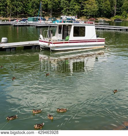Glade Township, Pennsylvania, Usa August 3, 2021 A Small House Boat Docked At The Kinzua Wolf Run Ma