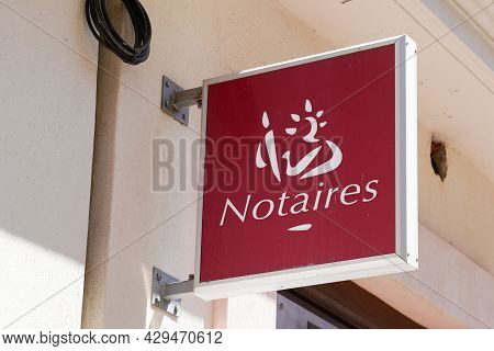 Bordeaux , Aquitaine France - 07 25 2021 : Notaire French Office Entrance Text Brand And Sign Logo R