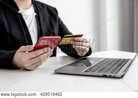 Business Women Are Filling Out Credit Card Information Into An Online Shopping App On A Smartphone.