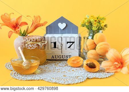 Calendar For August 17 : The Name Of The Month Of August In English, The Number 17, Flowers In Vases