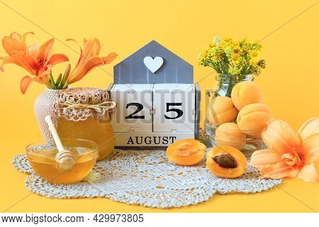 Calendar For August 25 : The Name Of The Month Of August In English, The Number 25, Flowers In Vases