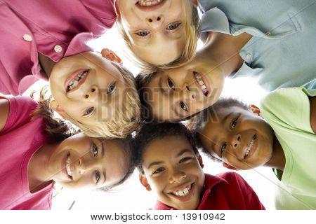 Gruppe von Kinder spielen im Park