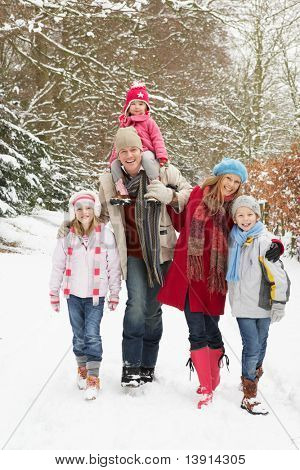 Familienwanderung durch verschneit wald