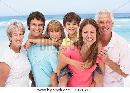 Drei Generation Familie erholsamen Strandurlaub