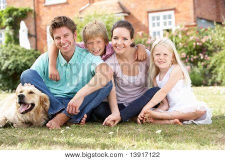 Familia sentados juntos en el jardín