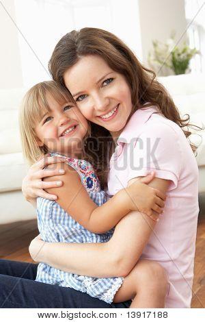 Detailní záběr milující matka a dcera doma