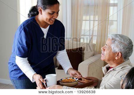 Home health care Worker und ein älteres Ehepaar