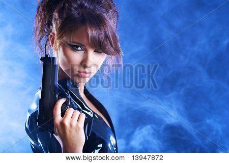 beautiful sexy Girl Holding Waffe. Rauch Hintergrund