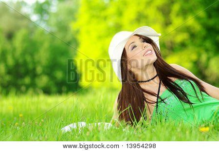 mooie jonge vrouw op veld in de zomer