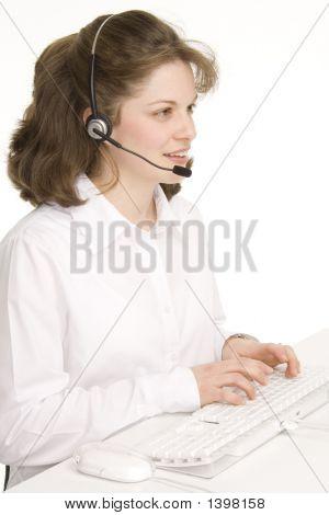 Recepcionista femenino con auriculares, escribir