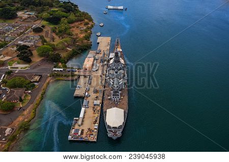 Uss Missouri (bb-63) And Uss Arizona Memorial In Pearl Harbor Honolulu Hawaii