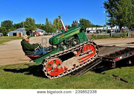 Dalton, Minnesota, Sept 8, 2017: A Restored Oliver Cletrac Hg (tractor On Tracks) Backing Down A Fla