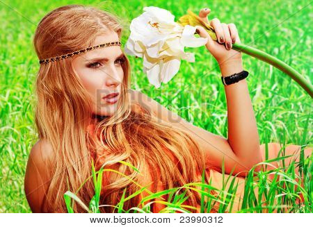 Beautiful young Woman Hippie posiert im Freien.