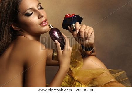 elegante sensual joven con perfume, tonos dorados, pequeña cantidad de grano ha añadido