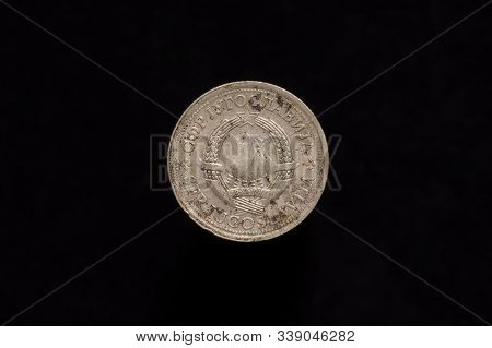 Socialist Federal Republic Of Yugoslavia Old Stained 1 Dinar Coin From 1976, Obverse Showing The Sta
