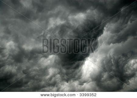 Nuvens cinzentas, pouco antes da tempestade
