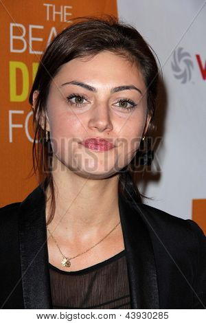 LOS ANGELES - MAR 26:  Phoebe Tonkin arrives at the Launch of Kimberly Snyder's