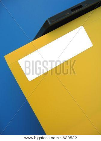 Etiqueta vacía en la carpeta amarilla