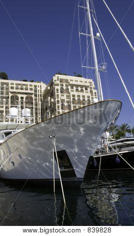 Bow Motor Yacht