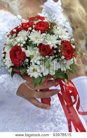 Wedding Bouquet With Roses And Daisies