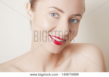 applying red lipstick and black arrows for sexy retro maquillage