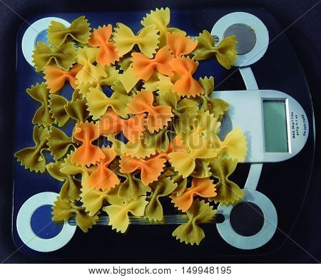 Weighing the pasta. To improve the system it is necessary to weigh the food.