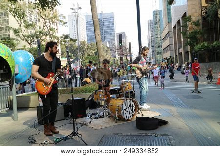 Blues Band Playing And Singing At The Paulista Avenue