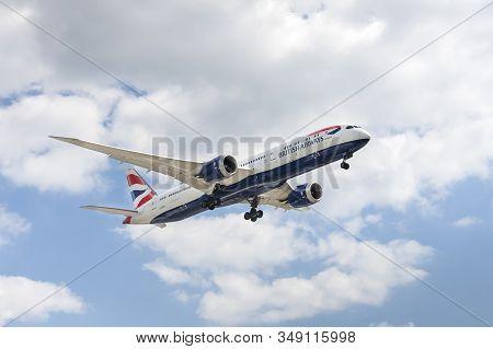London, Heathrow Airport, Uk - May 12: British Airways Boeing 787-9 Dreamliner On Landing Approach T