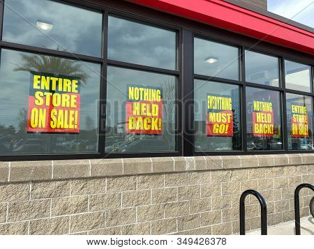 Orlando, Fl/usa-2/4/20: Signs In The Window Of An Earthfare Grocery Retail Store Going Out Of Busine