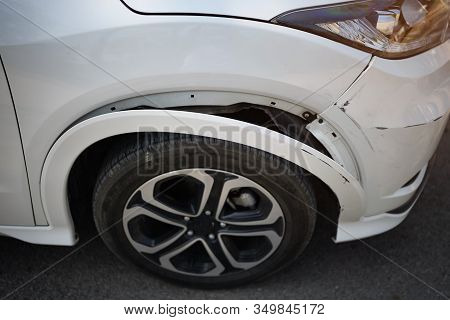 White Car Has A Small Bump Crash, Due To A Slight With Front-end Collision,waiting For Insurance Con