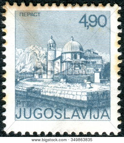 Yugoslavia - Circa 1976: A Stamp Printed In Yugoslavia, Depicted Mosque, In Pelast - Old Town On The