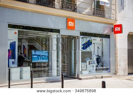 Paris/france - September 10, 2019 : The Xiaomi Electronics Store On Champs-elysees Avenue