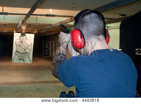 在射击场的年轻人