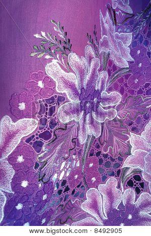 Pano roxo de Kebaya com flores brancas