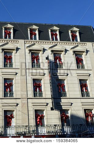Facade of stones with multiple noeuds of Christmas to the windows