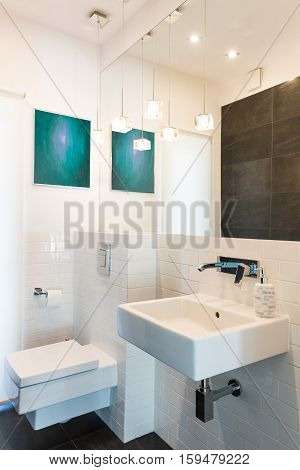 Modern bathroom with white rectangular utensils and built-in mirror