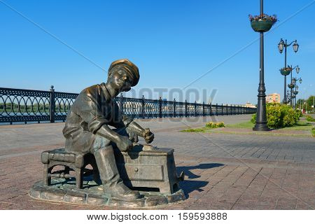 Sculpture Shoe Shiner In Astrakhan